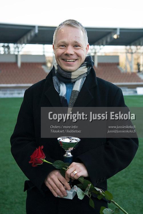 Vuoden avustava erotuomari Esa Vehviläinen.&#xA;Finnair Stadium, Helsinki, 4.11.2006.&#xA;Photo: Jussi Eskola<br />