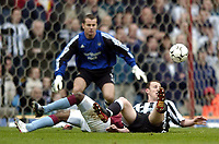 Fotball<br /> Premier League 2003/04<br /> Aston Villa v Newcastle<br /> Birmingham<br /> 18. april 2004<br /> Foto: Digitalsport<br /> Norway Only<br /> <br /> Newcastle's Andy O'Brien (R) wears a bemused expression as he is adjudged to have commited a professional foul and given his marching orders.