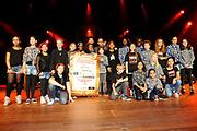 Guus Meeuwis lanceert nieuwe War Child schoolmusical in Carre Amsterdam.<br /> <br /> Op de foto:  Guus Meeuwis en William Spaaij met kinderen van jeugdtheaterschool Zuidoost