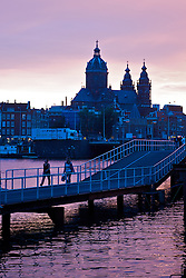 Além da arte, Amsterdã é famosa pelos seus canais. Um passeio de barco pelos canais irá oferecer a você algumas das mais impressionantes visões panorâmicas de Amsterdã. À noite, as pontes sobre os canais ficam iluminadas por pequenas lâmpadas, o que deixa o passeio ainda mais bonito. E canal é o que não falta, são 165 canais e 1.281 pontes. FOTO: Jefferson Bernardes/Preview.com