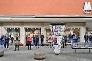 Duitsland, Trier, 26-9-2020 Een koor, zangkoor, zingt met mondkapje op, coronaproof, op een plein in deze stad in Rheinland Pfalz. Ze dragen allemaal een mondmasker tegen de verspreiding van het coronavirus . In Duitsland hanteert de overheid een strenger mondkapjesbeleid als in Nederland . Ze staan voor een winkel van Marx.Karl Marx is in deze stad geboren. Foto: ANP/ Hollandse Hoogte/ Flip Franssen