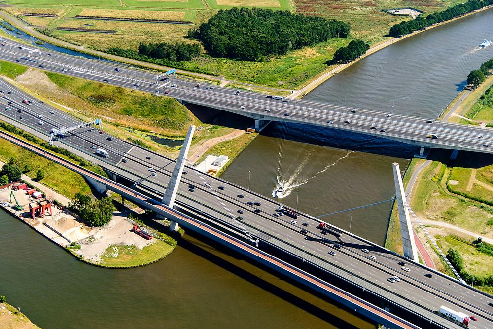 Nederland, Noord-Holland, Gooise Meren, 29-06-2018; A1 met twee bruggen over  Amsterdam-Rijnkanaal. De oudere Brug Muiden (Muiderbrug), een tuibrug, en de nieuwere kokerbrug, de Betlembrug, ook bekend als de Tweede Muiderbrug.<br /> (New) Bridges crossing major canal near Amsterdam.<br /> luchtfoto (toeslag op standard tarieven);<br /> aerial photo (additional fee required);<br /> copyright foto/photo Siebe Swart