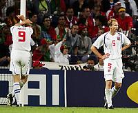 Fotball, 1. juli 2004, Tsjekkia - Hellas, EM semifinale, Euro 2004, Die enttaueschten Tschechen Jan Koller und Rene Bolf nach dem Schlusspfiff