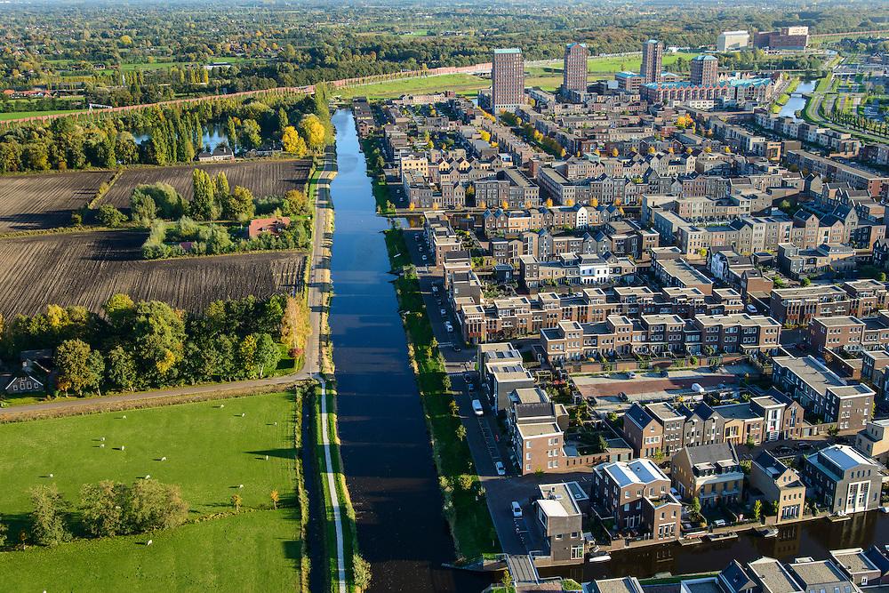 Nederland, Utrecht, Amersfoort, 24-10-2013; de wijk Vathorst, deelplan De Laak.Het stedenbouwkundig plan (van de stedebouwkundigen West8 met Adriaan Geuze ). Grachtenstad met imitatie grachtenpanden. De nieuwe wijk grenst aan de polders tussen Nijkerk en Bunschoten-Spakenburg.<br /> New housing district Vathorst in Amersfoort, the urban plan of this Canal City, is based on canals with canal house-style houses. Developed by the urban development agency West8, Adriaan Geuze.<br /> luchtfoto (toeslag op standaard tarieven);<br /> aerial photo (additional fee required);<br /> copyright foto/photo Siebe Swart.