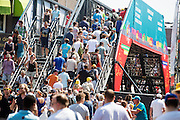 Met speciale loopbruggen kunnen toeschouwers van de ene naar de andere kant van het parcours komen. In Utrecht is deTour de France van start gegaan met een tijdrit. De stad was al vroeg vol met toeschouwers. Het is voor het eerst dat de Tour in Utrecht start.<br /> <br /> In Utrecht the Tour de France has started with a time trial. Early in the morning the city was crowded with spectators. It is the first time the Tour starts in Utrecht.
