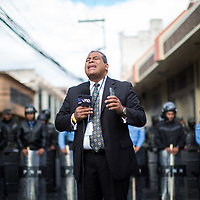 César Silva, reporter for UNE TV, has recently been attacked by armed forces and prevented from working, and suffered an attack on his life by a member of the public while conducting a live broadcast. Silva is famous for breaking a huge story on a multi-million dollar theft of money from the social security by members of the current government. UNE TV is the last TV station to report from the perspective of the Alliance Against the Dictatorship and is facing daily difficulties including having their cable signal, internet and electricity cut off. The police behind César stopped him from approaching Congress, where he is authorised to work.