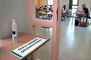 Nederland, Roozendaal, 2-6-2020  Op de middelbare school het Rhedens college zijn de lessen weer begonnen in corona stijl. Maximaal 12 leerlingen per lokaal, veel handgel ter desinfectie bij de toegang tot de klas en aparte inen uitgangen.Doordat maar een derde van de kinderen op school komen is het rustig. De anderen volgen de les via computer en internet online thuis..onderwijs, open,openen,middelbaar, Foto: Flip Franssen