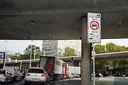 Nederland, Arnhem, 14-10-2019 Straatbeeld van het centrum van de stad. Milieuzone in het centrum van de stad om de luchtkwaliteit te verbeteren en de uitstoot van fijnstof te verminderen . Smog . longen, schadelijke,luchtvervuiling . Foto: Flip Franssen