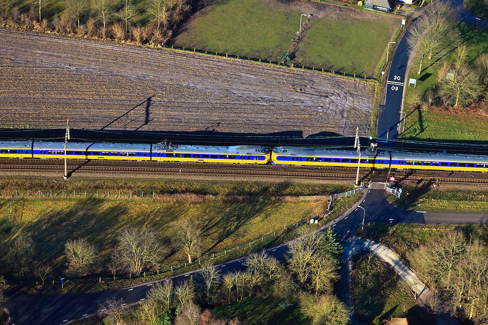 Nederland, Gelderland, Hattem, 20-01-2011; Hattemerbroek, Intercity Zwolle-Amersfoort bij overweg met AHOB.Train passing by, crossing a level crossing..luchtfoto (toeslag), aerial photo (additional fee required).copyright foto/photo Siebe Swart