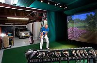DELFSTRAHUIZEN - Cees Griffioen met zijn golfsimulator, speelt hole 12 van Augusta in de voormalige boerenschuur.  COPYRIGHT KOEN SUYK