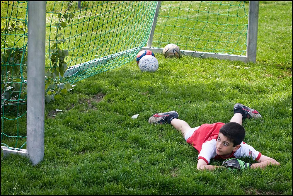 Zwitserland. Chamey, 23-05-2008.<br /> Kinderen in hun favoriete voetbalshirt spelen voetbal.<br /> Foto: Patrick Post