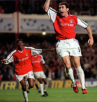 Martin Keown celebrates scoring his 1st and Arsenals 2nd goal of the match with Kanu. Arsenal 3:2 FC Shakhar Donetsk, UEFA Champions League, Group B, 20/9/2000. Credit Colorsport / Paul Roberts