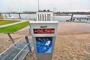 Nederland, the netherlands, Lobith, 29-11-2018 Het officiele waterpeilmeetstation waar de rijn ons land binnenkomt. De stand staat op 6,55 meter . Laagst gemeten stand ooit. De hoogste stand was in 1925 met 16,93 meter . De rivierbodem ligt op 5,20 meter en de gemiddelde jaarhoogte is 9.81 meter. Cijfers Rijkswaterstaat. De Waal is het Nederlandse deel van de Rijn en de belangrijkste vaarroute van en naar Rotterdam en Duitsland . Aftakkingen zijn de minder bevaren Neder Rijn en IJssel. Foto: Flip Franssen