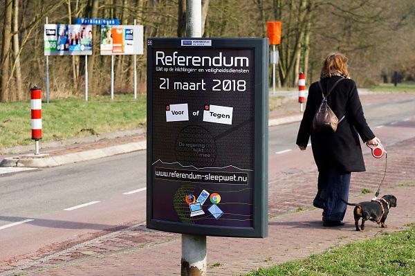 Nederland, the Netherlands, Renkum, 17-2-2018Vierkiezingsborden voor de gemeenteraadsverkiezingen die 21 maart gehouden worden . Op die dag kan ook een stem uitgebracht worden voor het waarschijnlijk laatste referendum over de sleepwet, de wet op de inlichtingen en veiligheidsdiensten, zoals de AIVD . Op de foto zijn beide borden in een beeld gevangen .Foto: Flip Franssen