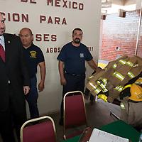 """TOLUCA, Mexico.- Javier Martinez Gomez, representante en Mexico de """"Team Fenix"""" y el diputado Eynar de los Cobos, durante la entrega de equipos, usados por departamentos de bomberos en Estados Unidos, donados al cuerpo de bomberos de esta ciudad. Agencia MVT / Mario Vazquez de la Torre. (DIGITAL)"""