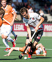AMSTELVEEN  - Hockey -  1e wedstrijd halve finale Play Offs dames.  Amsterdam-Bloemendaal (5-5), Bl'daal wint na shoot outs.  Nicki Leijs (A'dam) met Tim Jenniskens (Bldaal), .   COPYRIGHT KOEN SUYK