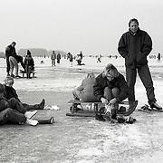 NLD/Huizen/19910202 - Schaatspret op het Gooimeer welke compleet bevroren is