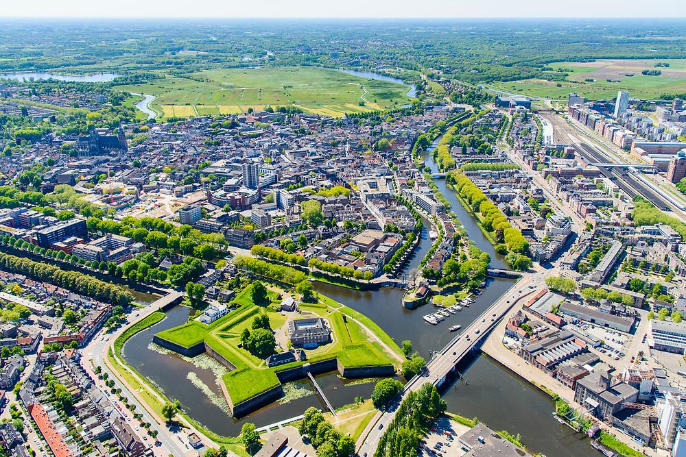 Nederland, Noord-Brabant, Den Bosch, 13-05-2019; Citadel van 's-Hertogenbosch, voormalig fort. De rivieren Aa, Dommel, Dieze en de Zuid-Willemsvaart komen rond het bastion samen. Bossche Broek aan de horizon.<br /> Citadel of 's-Hertogenbosch, former fort, confluence of rivers en canal.<br /> <br /> luchtfoto (toeslag op standard tarieven);<br /> aerial photo (additional fee required);<br /> copyright foto/photo Siebe Swart