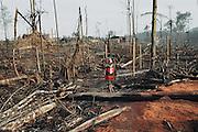 Brazil, oiapoque, frontiere franco-bresilienne, Amapa.<br /> <br /> Communidade Vitoria do Oiapoque, bairro invasao, (quartier de l'invasion). En janvier 2005 la mairie de St Georges expulse les clandestins bresiliens du quartier Savane, 40 familles qui decident alors de s'installer sur la rive opposee et envahissent une terre reservee aux populations amerindiennes, a 10 minutes de pirogue du sol guyanais, sur la rive bresilienne. <br /> Sur la colline maintenant rasee, la colonie nouvellement installee batie une ville champigon de 1500 habitations. <br /> Un pont permettra bientot une liaison routiere entre la Guyane et le Bresil, les habitants du quartier de l'invasion veulent etre pret pour profiter de l'activite economique qu'il amera.