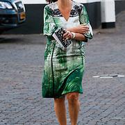 NLD/Naarden/20120422 - Inloop gasten verjaardagsfeest Monique des Bouvrie, Annemarie van Gaal