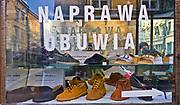 Witryna zakładu szewskiego w Krakowie, Polska<br /> Shop window of a shoe repair shop in Cracow, Poland