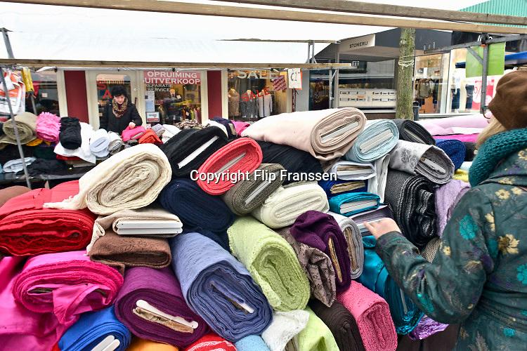 Nederland, Nijmegen, 4-3-2019Marktkraam met stoffen. Twee vrouwen bekijken de koopwaar.Foto: Flip Franssen