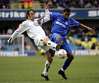 Fotball<br /> Championship England 2004/05<br /> Millwall v Leeds<br /> 6. mars 2005<br /> Foto: Digitalsport<br /> NORWAY ONLY<br /> Millwall's Marvin Elliott and Leeds' Shaun Derry battle for the ball