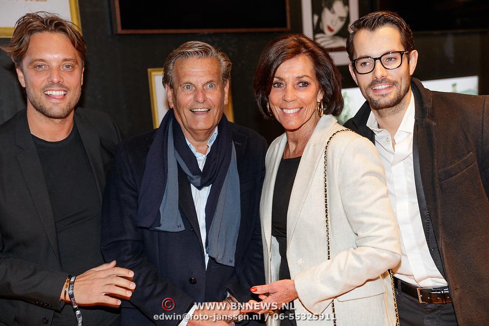 NLD/Amsterdam/20190124 - Inloop 25-jarig jubileum Talkies Magazine NL., Bas Smit met zijn vader, moeder en broer