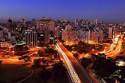 Vista panorâmica da cidade de Porto Alegre ao anoitecer. FOTO: Alfonso Abraham / Preview.com