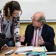 Nederland Rotterdam 23-09-2009 20090923 Serie over onderwijs, het Libanon Lyceum Kralingen,  openbare scholengemeenschap voor mavo, havo en vwo.   Een leerlinge krijgt uitleg van de leraar meester aan zijn bureau.                                              .Foto: David Rozing