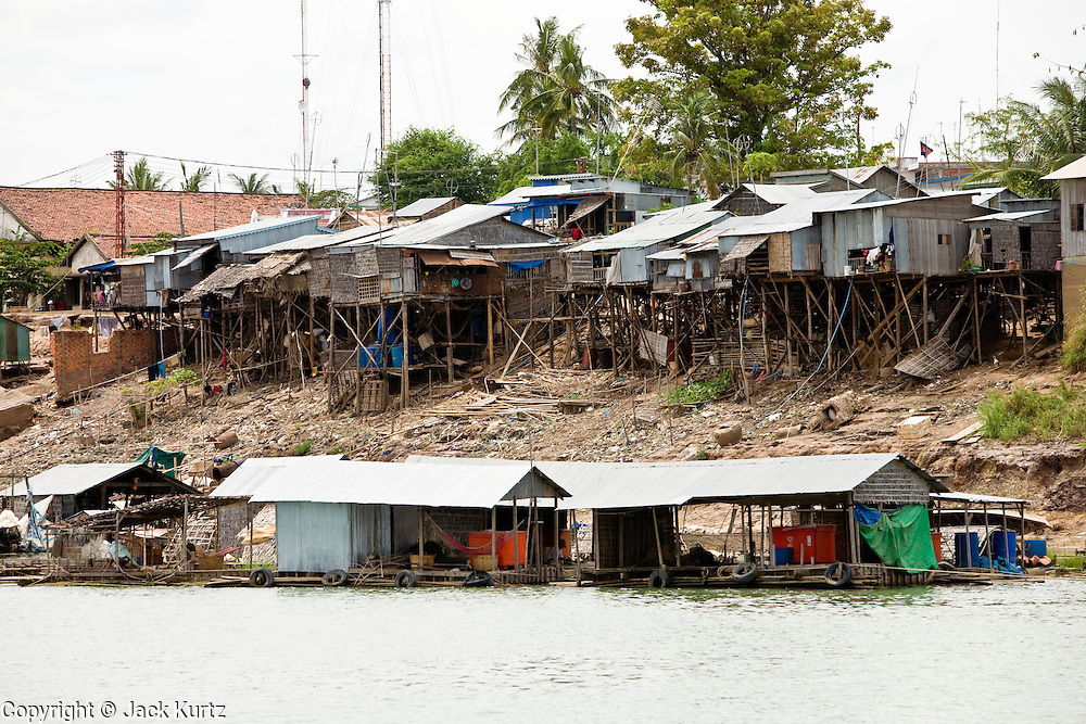 15 MARCH 2006 - PEAM CHIHYKAUNG, KAMPONG CHAM, CAMBODIA: Housing along the Mekong River near Peam Chihykaung in central Cambodia. PHOTO BY JACK KURTZ