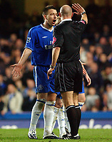 Fotball<br /> Premier League 2004/05<br /> Chelsea v Manchester City<br /> 6. februar 2005<br /> Foto: Digitalsport<br /> NORWAY ONLY<br /> Chelsea's John Terry questions a decision from referee Howard Webb