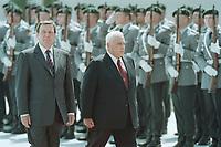 05 JUL 2001, BERLIN/GERMANY:<br /> Gerhard Schroeder (L), SPD, Bundeskanzler, und Ariel Sharon (R), Premierminister Israel, waehrend dem Abschreiten der Front des Wachbataillons der Bundeswehr, im Rahmen der Begruessung mit militaerischen Ehren, Bundeskanzleramt<br /> IMAGE: 20010705-01/02-22<br /> KEYWORDS: Bundeswehr, army, Soldat, Soldaten, Uniform, Gerhard Schröder