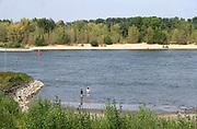 Nederland, nijmegen, 8-8-2020 Mensen zoeken verkoeling aan de oevers van de waal op deze tropisch warme zomerdag . Het is eigenlijk verboden in de rivier te zwemmen vanwege de stroming en het drukke scheepvaartverkeer . Deze strandjes liggen in de Ooijpolder . Foto: ANP/ Hollandse Hoogte/ Flip Franssen