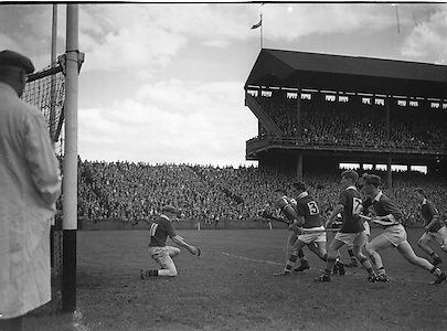 Neg No: .A801/4571-4583...1958AIMHCF.07.09.1958, 09.07.1958, 7th September 1958,.All Ireland Minor Hurling Championship - Final...Limerick.05-08.Galway.03-10.