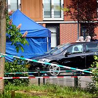 Nederland, Amsterdam , 4 mei 2014.<br /> Forensisch onderzoek n.a.v. een schietpartij aan het Nesserland in Amsterdam Noord waarbij een 31 jarige man om het leven kwam.<br /> Foto:Jean-Pierre Jans