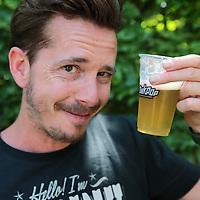 Nederland, Landgraaf, 12 juni 2015<br /> Niels van den Ham, alias de Biergooier, die tijdens het optreden van John Coffey een bekertje met bier naar de artiest gooide die hem vervolgens uit de lucht pakt en opdrinkt. bier <br /> <br /> <br /> Foto: Jean-Pierre Jans