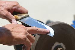 Afiador de facasna beira da praia. FOTO: Jefferson Bernardes / Preview.com