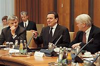 10 JAN 2001, BERLIN/GERMANY:<br /> Joschka Fischer, B90/Gruene, Bundesaussenminister, Gerhard Schroeder, SPD, Bundeskanzler, und Frank-Walter Steinmeier, Chef des bundeskanzleramtes, im Gespraech, vor Beginn der Kabinettsitzung, Bundeskanzleramt<br /> IMAGE: 20010110-01/01-13<br /> KEYWORDS: Gerhard Schröder, Kabinett, gespräch