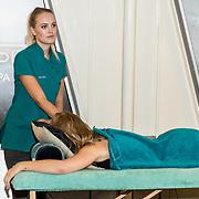 NLD/Amsterdam/20170928 - Perspresentatie De Spa, massage van een meisje aan boord van het pont