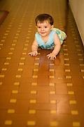 Belo Horizonte_MG, Brasil...Bebe engatinhando...A baby crawling...Foto: MARCUS DESIMONI / NITRO