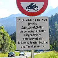 30.07.2020, Unterletzen, Bezirk Reutte, AUT, Regionales Fahrverbot in Tirol, die Landesregierung in Tirol führt ab 1.08.2020 im Bezirk Reutte vorübergehend wieder ein regionales Wochenend-Fahrverbot ein. Dieses gilt bis einschließlich 13.09.2020 an Ausweichrouten entlang der B179 (Fernpassroute)<br /> im Bild Verbotsschild an der Ausfahrt Reutte Nord<br /> <br /> Foto © nordphoto / Hafner