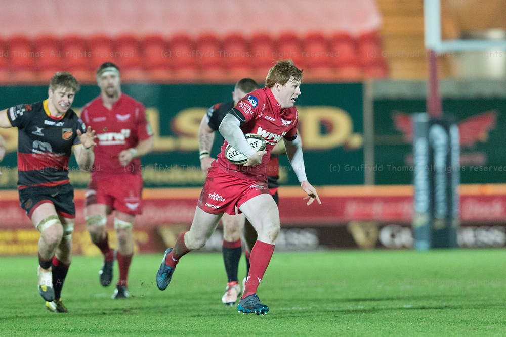 Parc y Scarlets, Llanelli, Wales, UK. Friday 5 January 2018.  Scarlets fullback Rhys Patchell on the attack in the Guinness Pro14 match between Scarlets and Newport Gwent Dragons.