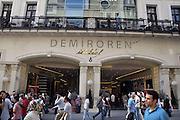 Turkije, Istanbul, 4-6-2011Straatbeeld Istiklal Caddesi in de wijk Beyoglu nabij het Taksim plein, square van Istanbul. Moderne Winkelgallerij.Foto: Flip Franssen