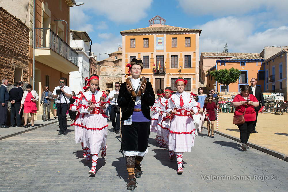 Cetina, Spain. 19th May, 2017. The 'danzantes' lead by the 'Mayoral', dancing at the main square of Cetina.