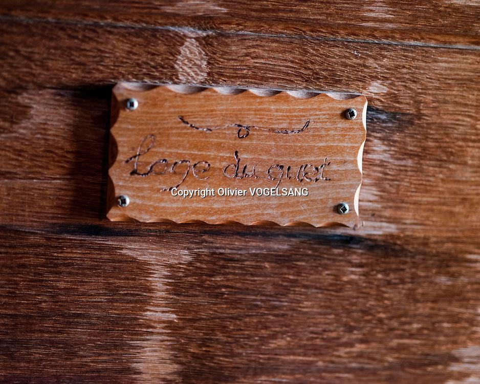 Lausanne, 14 juin 2021. Le guet Renato Häusler sur la cathédrale de Lausanne. Il annonce l'heure à partir de 22h chaque heure jusqu'à 02h du matin. aux quatres coins cardinaux de la tour. Sur la porte du guet. © Olivier Vogelsang