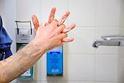 Nederland, Nijmegen, 2-7-2010Een medewerker van de operatiekamer wast zijn handen voor een operatie. Foto: Flip Franssen