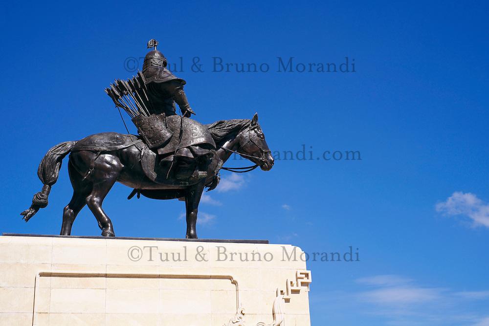 Mongolie, Oulan Bator, Place Sukhbaatar, statue de soldat mongol devant le parlement // Mongolia, Ulan Bator, Sukhbaatar square, Mongol soldier in front of parlement