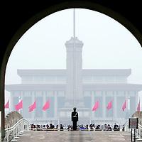 China,Beijing , maart 2008..Het regeringsgebouw op Tianmin, het Plein van de Hemelse Vrede, gezien vanuit de Verboden Stad..Op de voorgrond een militaire bewaker.