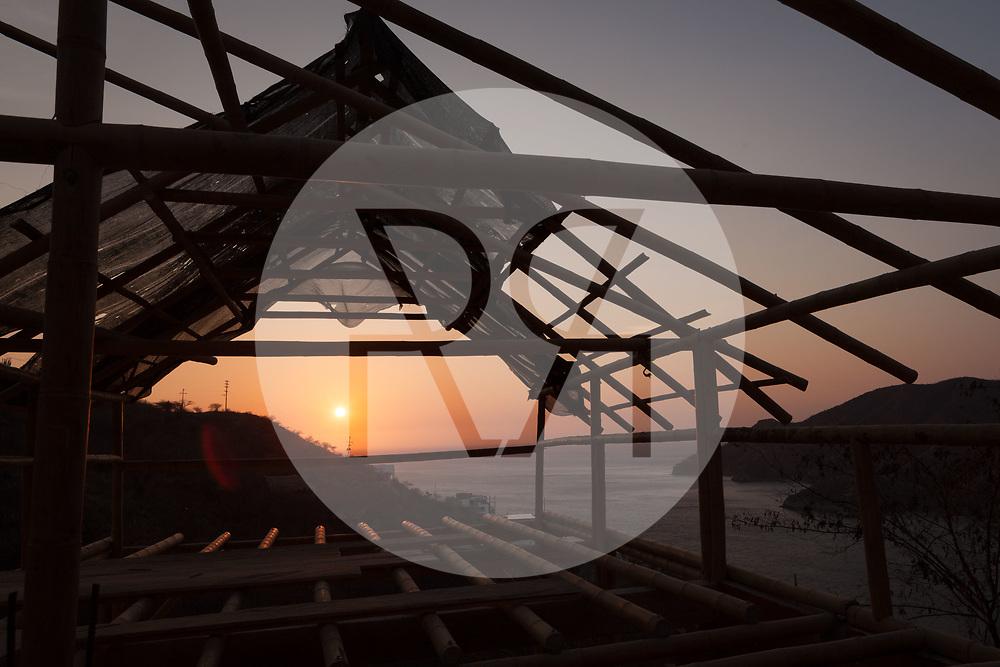 KOLUMBIEN - TAGANGA - Sonnenuntergang über der Bucht von Taganga, im Vordergrund die Baustelle von Hostel Casa Horizonte - 4. April 2014 © Raphael Hünerfauth - http://huenerfauth.ch